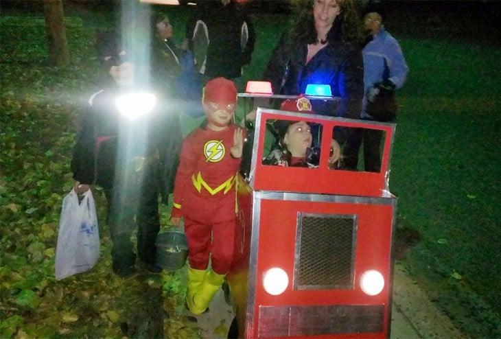 niños juegan en silla de ruedas transformada en camion de bomberos