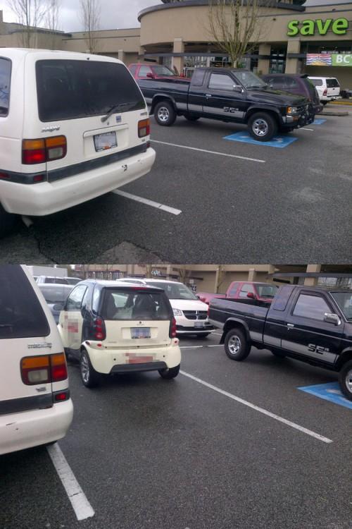 pequeño carro que ocupa un lugar en el estacinamiento