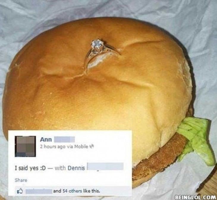 pide matrimonio con anillo en una horrenda hamburguesa