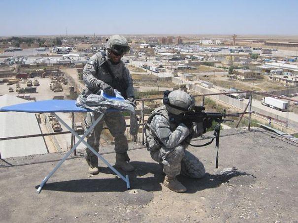 soldado planchando su uniforme