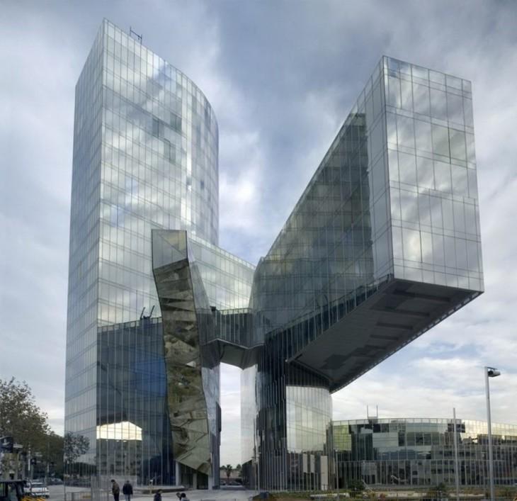 Edificios extra os que rompen con la arquitectura tradicional for Oficina gas natural badalona