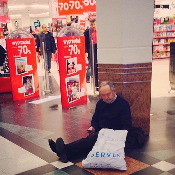 señor cansado sentado en el suelo