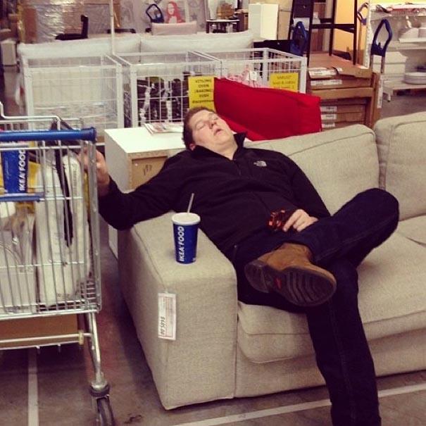 señor dormido en un sillon de una tienda departamental