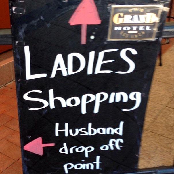letrero que dice que las mujeres estan comprando