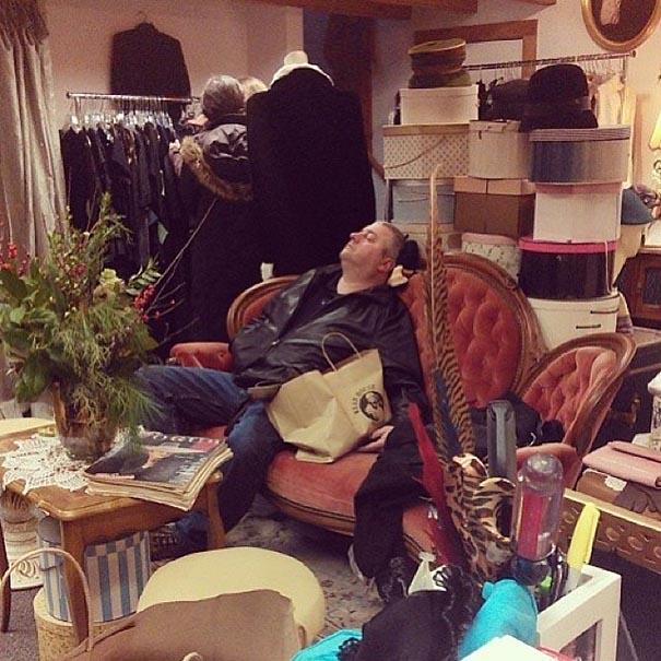 señor dormido entre objetos en una tienda
