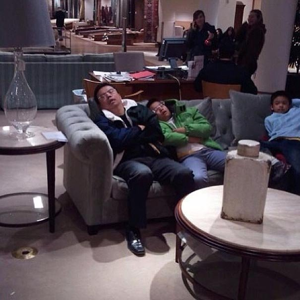 tres hombres dormidos en un sillon