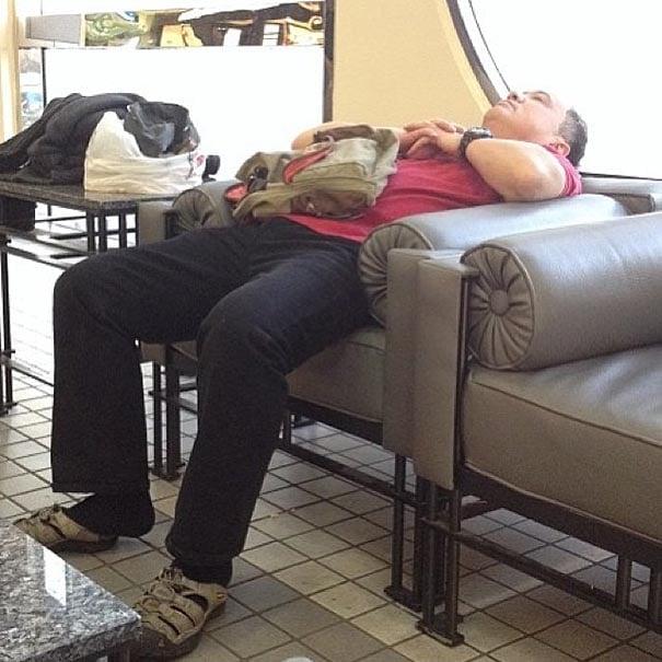 señor dormido en una sala