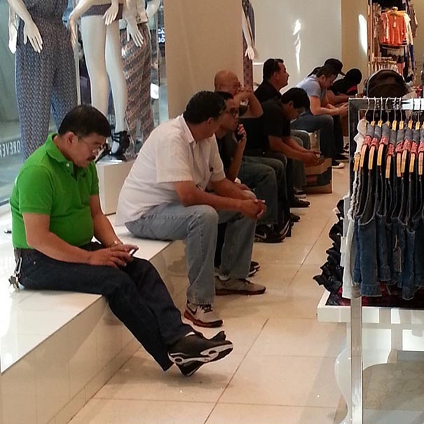 fila de hombres sentados esperando