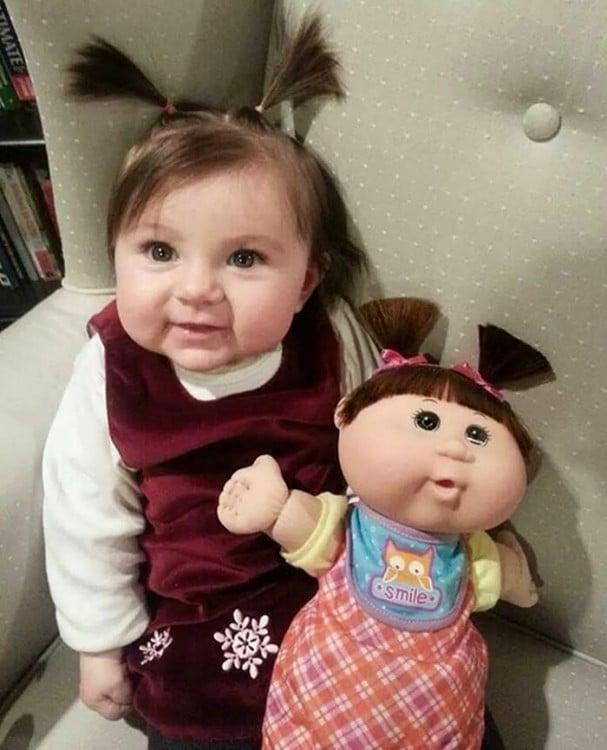 niña que se parece a su muñeca cabbage patch