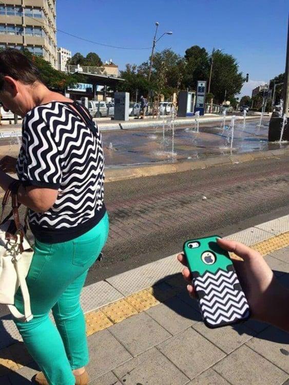 mujer vestida con los colores de una carcasa de celular