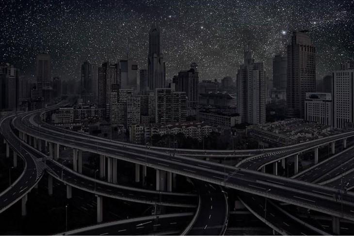 Edificios y carreteras a oscuras de la ciudad de Shangai