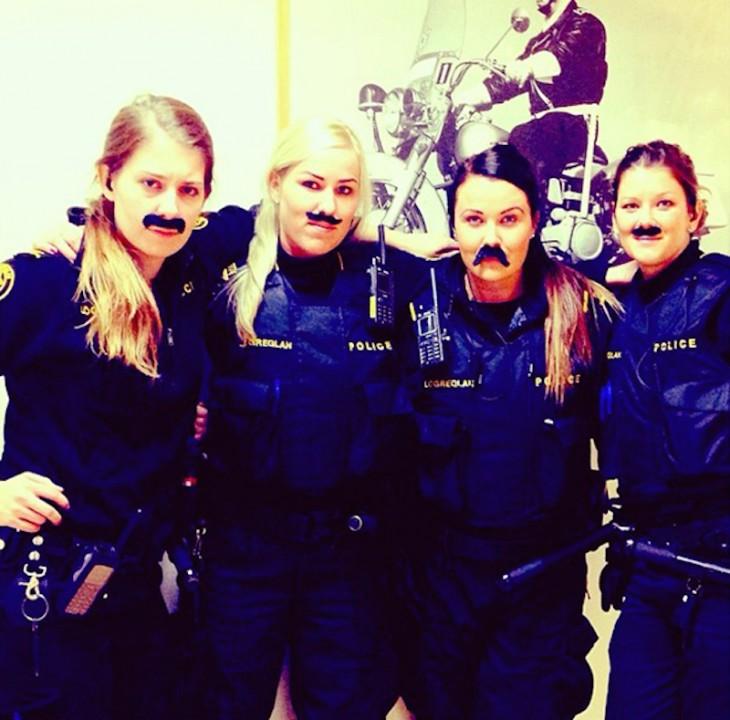 Cuatro policías mujeres de Islandia con bigote