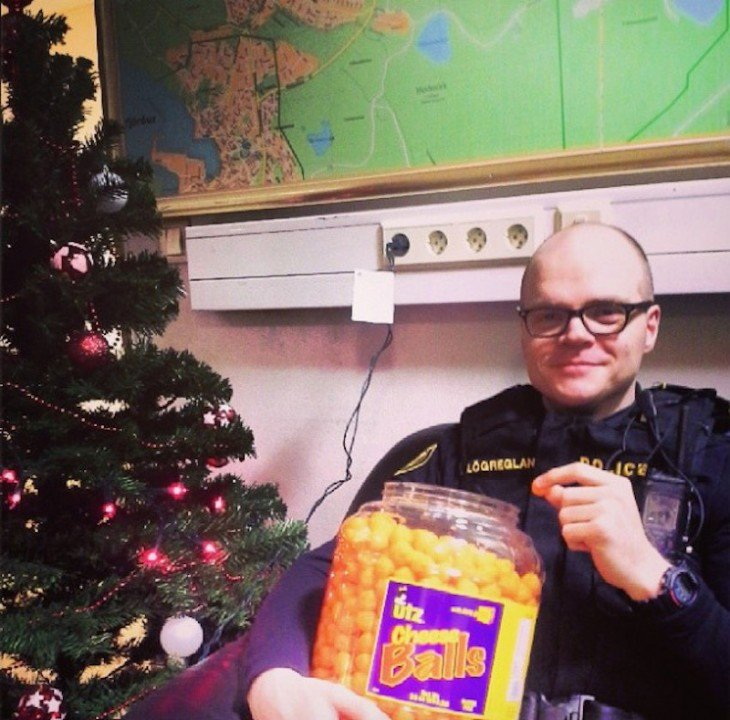 Policía Islandés comiendo bolitas de queso
