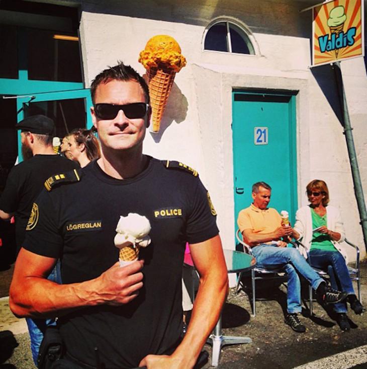 Policía en la calle comiendo helado