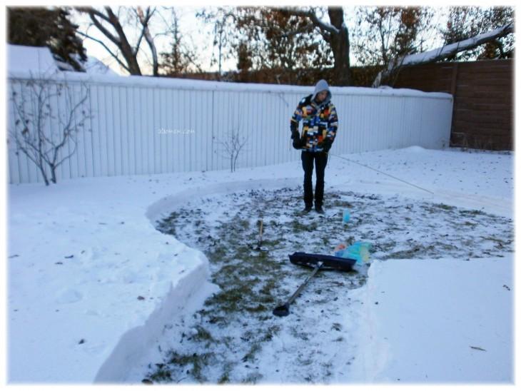 Pareja construyó iglú a partir de cajas de leche y nieve