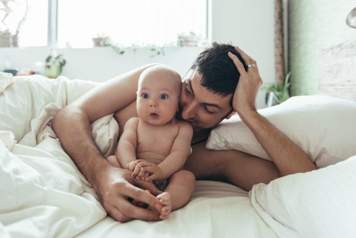 padre e hijo en la cama