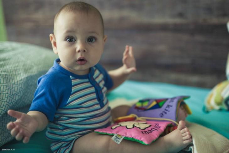 bebe sentado jugando