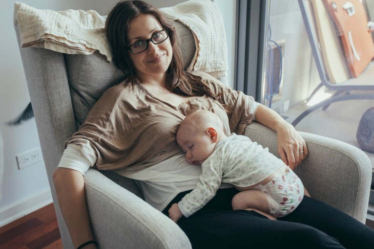 madre con el hijo durmiendo