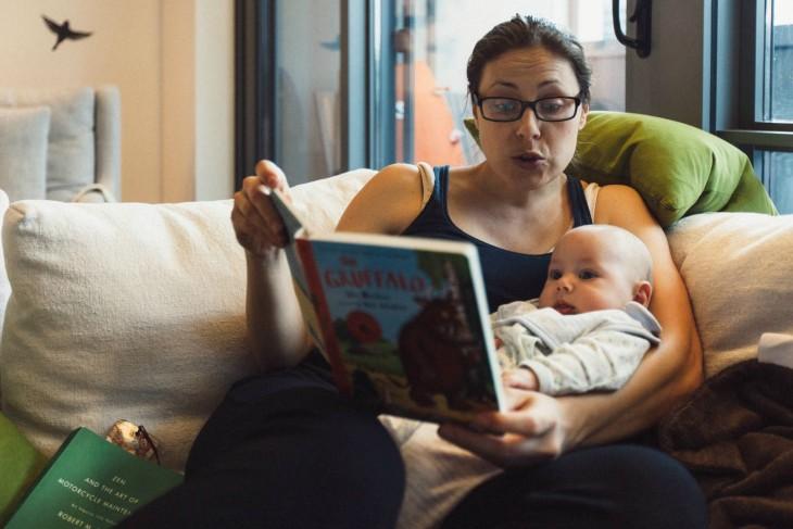 madre leyéndole al hijo