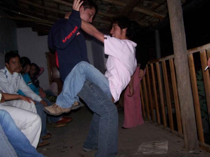 chicos bailan perreando