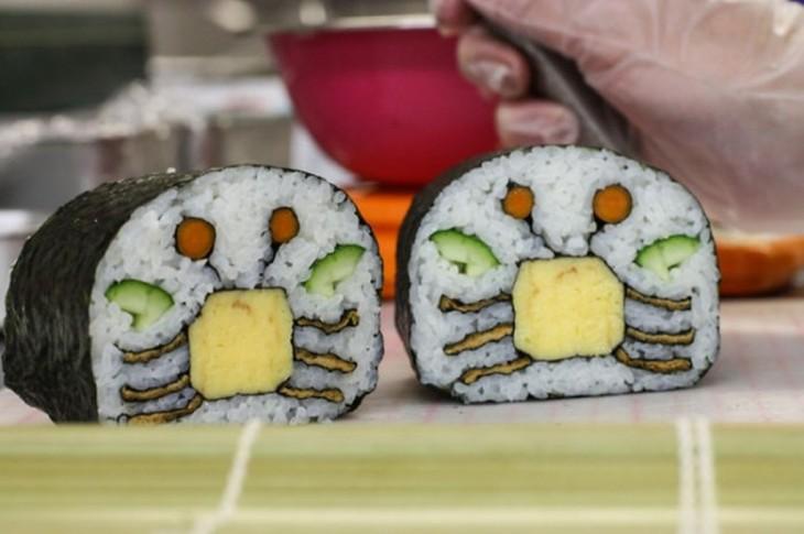 sushi con unos cangrejos en medio hechos de pepino y queso