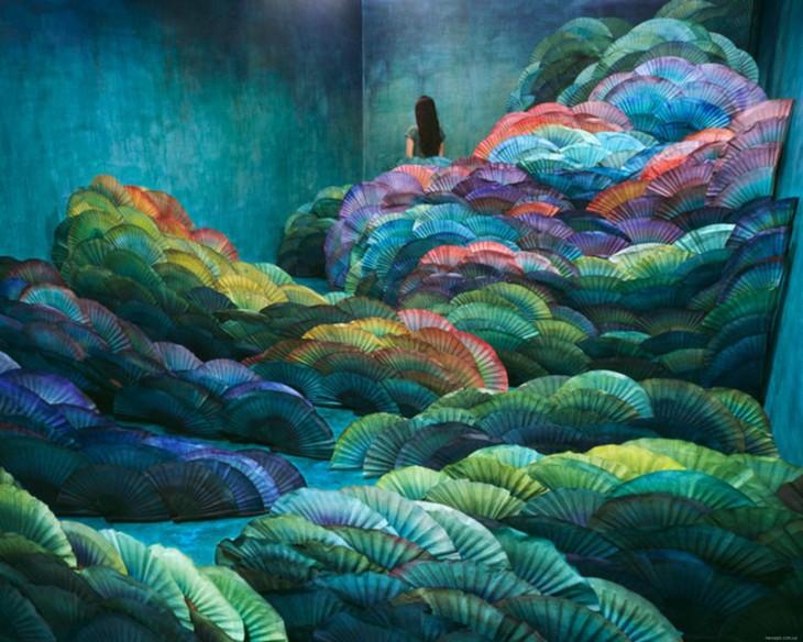arte surreal transforma una habitacion con habanicos