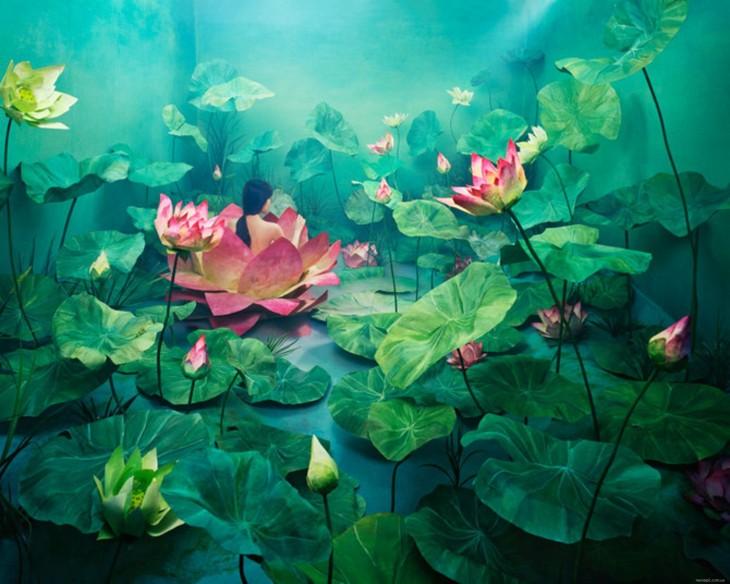 arte surreal transforma una habitacion con hojas de plantas gigantes