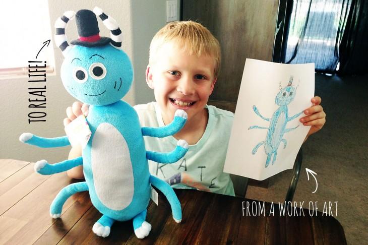 Niño sonrriendo con un dibujo y un peluche