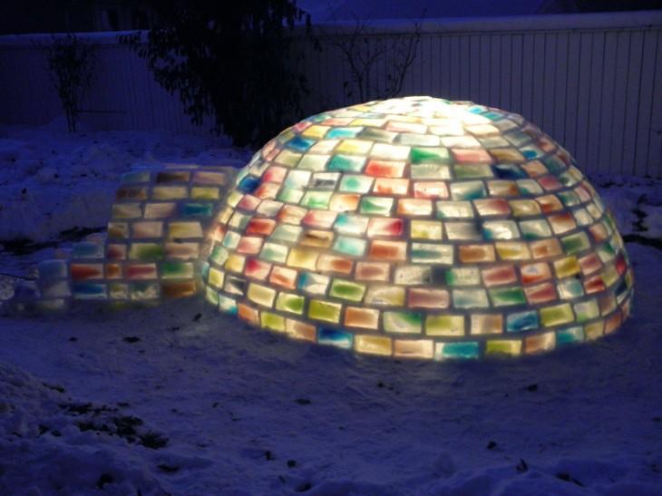iglu de materiales recliados iluminado