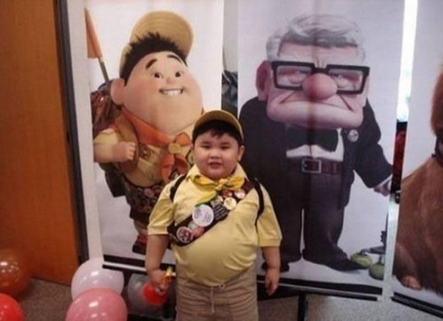 niño vestido de de explorador que se parece al niño de la pelicula up