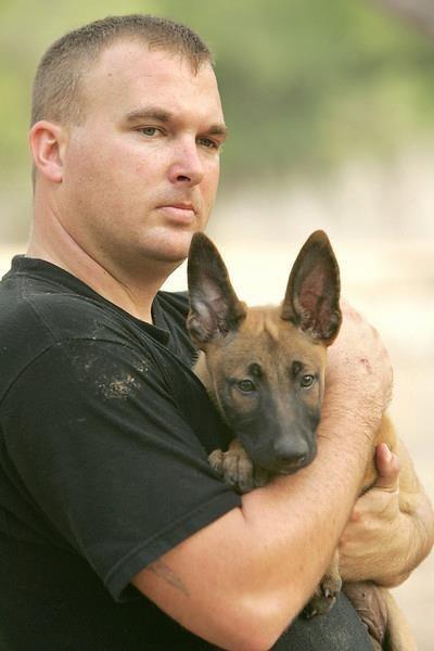 perro pastor aleman que es abrazado por su dueño
