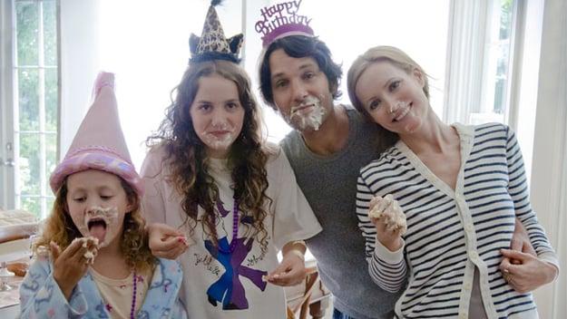 fiesta de cumpleaños en famila llenos de pastel