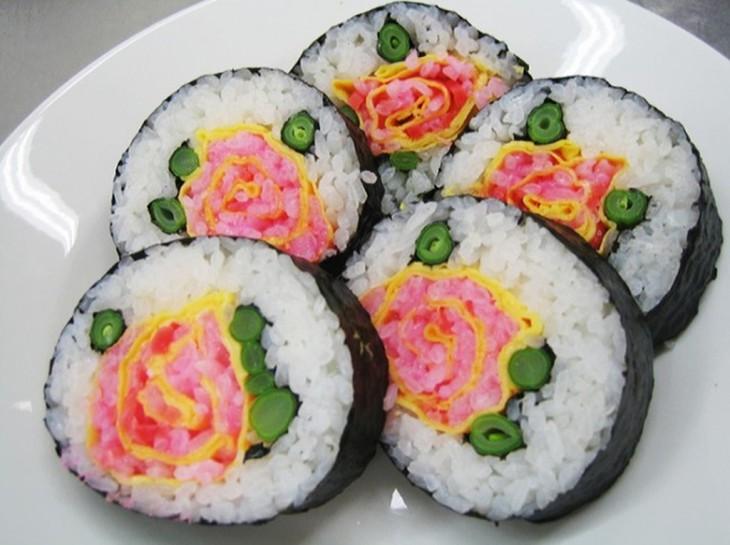 sushi con un diseño de rosas en el centro