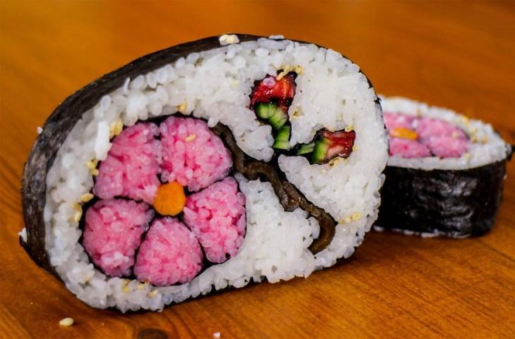 sushi com una decoracionn de una flor de color rosa