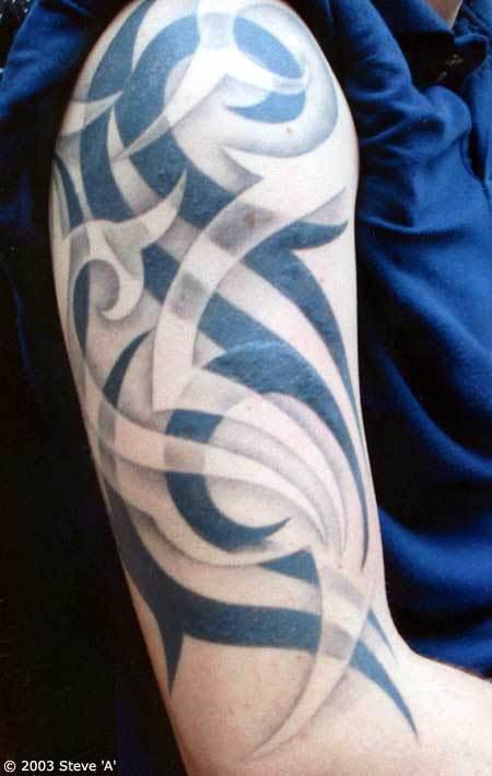 tatuaje tribal en el brazo