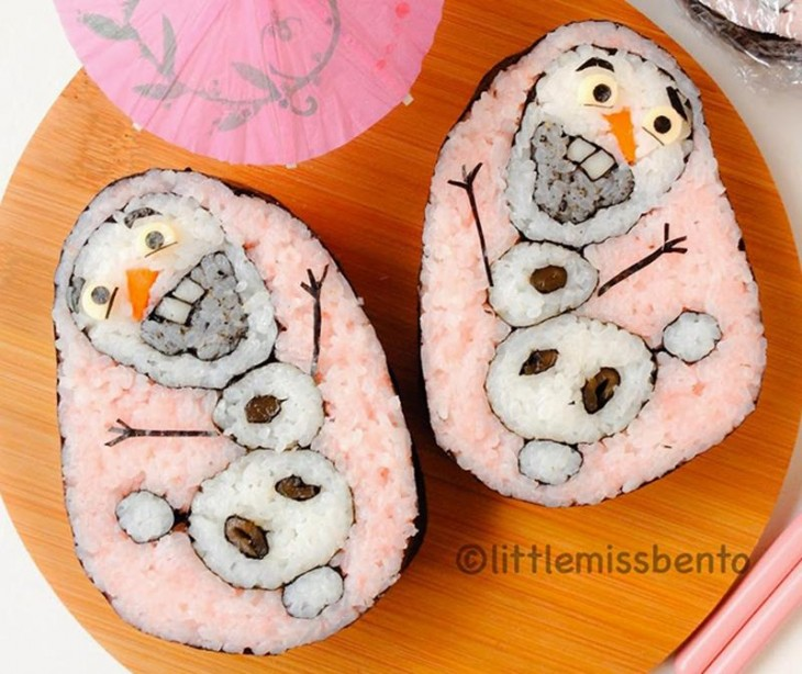 sushi de color rosa con monos de nieve