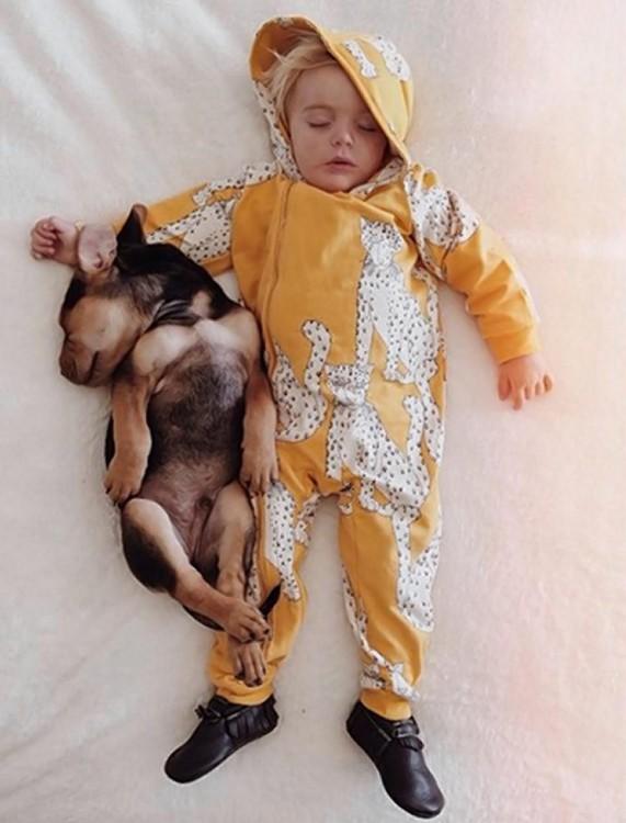 niño dormido con mameluco color amarillo con blanco