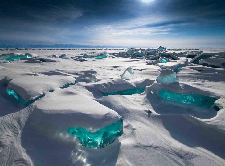 rio lleno de nieve y congelado