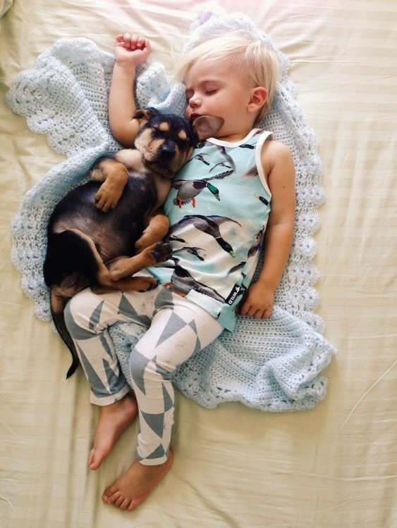 niño dormido con una pijama de patos