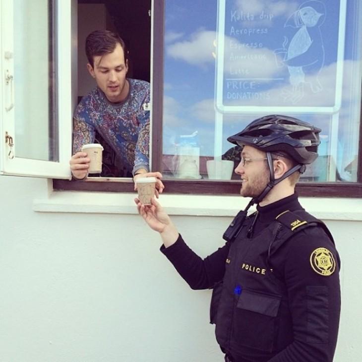 policía comprando cafe