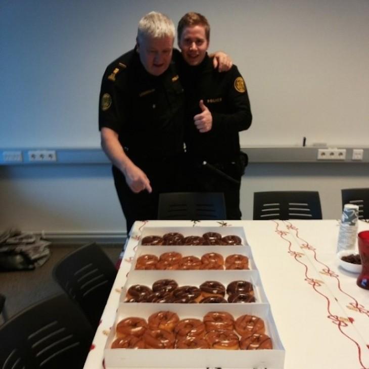 policía comiendo donas