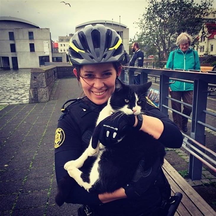 policía con gato