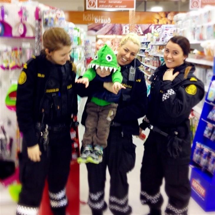 grupo de policía comprando
