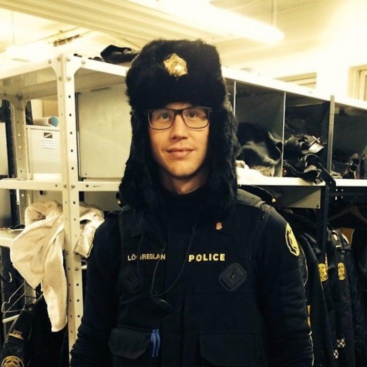 policía con gorro