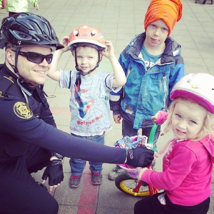 policía con nenes