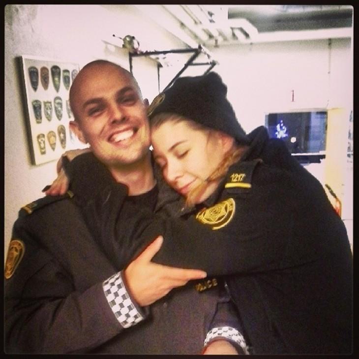 policía abrazandose