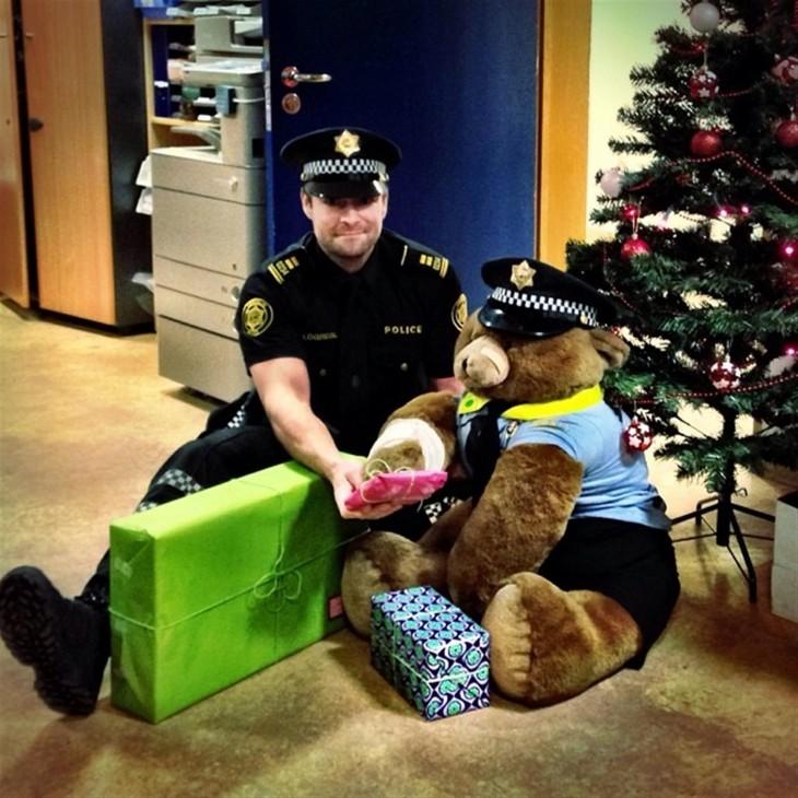 policía con regalos