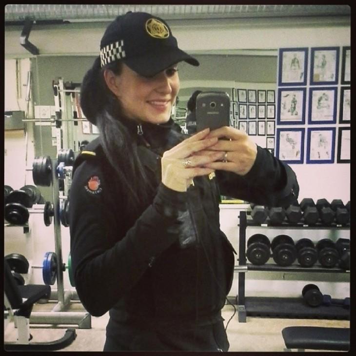 selfie de mujer policía
