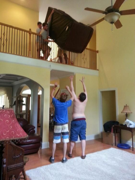 hombres bajando un sillon