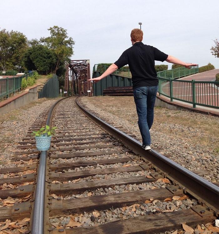 caminando por las vias con una planta